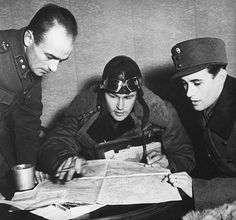 Finnish Pilot And Officers Looking At A Map In Soviet Finnish War - pin by Paolo Marzioli