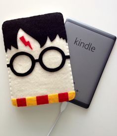 Magical Harry Potter Kindle Cover, might have to have this. first i need a kindle. Harry Potter Diy, Harry Potter Ebook, Capa Harry Potter, Capas Kindle, Harry Potter Bricolage, Felt Crafts, Diy Crafts, Party Crafts, Craft Projects