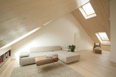 Il legno diventa protagonista di una mansarda di 150 mq in pieno centro cittadino, donando un senso di leggerezza agli ampi spazi.