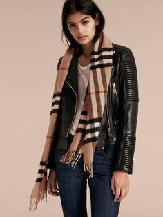4785de7c7419 Jacken, Schals, Kleidung, Lederjacke, Kaschmir, Outfit Ideen, Burberry Schal  Outfit