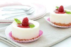 Receta fácil de crema cuajada de leche con queso. Presentada en tartitas individuales o en flaneras, al gusto. Listas en 10 minutos.