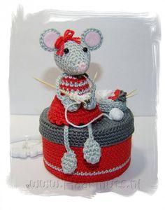 Een haakpatroon van een muisje die op een doosje zit. Het muisje heeft een jurkje aan en is aan het breien. Kom meer te weten over het haakpatroon!