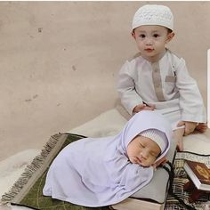 So cute mashallah happy Friday everyone hijabs_inspirations Cr haiderhelenaaBy muslimglam Cute Little Baby, Little Babies, Cute Babies, Cute Baby Boy Images, Cute Baby Pictures, Children Photography, Newborn Photography, Baby Hijab, Baby Boy Cake Topper