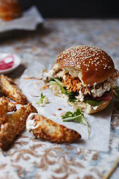 Burger sa hrskavom šargarepom & kiselim lukom / Beef burger with crunchy carrot & pickled onion