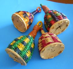 CAIXIXIS instrumento idiófono de origen africano. Es un pequeño cesto de paja trenzada, de forma acampanada que puede tener varios tamaños y puede ser doble o triple; la abertura se cierra con una rodaja de calabaza y cuenta con un asa en la parte superior. Posee trozos de acrílico, arroz o semillas secas en su interior para hacerlo sonar.