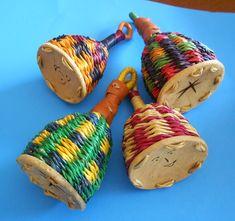 El CAIXIXISI es un instrumento idiófono de origen africano. Es un pequeño cesto de paja trenzada, de forma acampanada que puede tener varios tamaños y puede ser doble o triple; la abertura se cierra con una rodaja de calabaza y cuenta con un asa en la parte superior. Posee trozos de acrílico, arroz o semillas secas en su interior para hacerlo sonar.