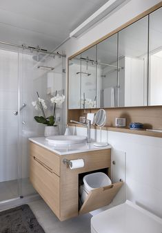 Un apartamento de 50 aprovechado al máximo / XS Studio for compact design Bathroom Design Luxury, Bathroom Layout, Modern Bathroom Design, Bathroom Bin, Washroom, Small Bathroom Ideas, Simple Bathroom Designs, Contemporary Bathrooms, Bathroom Storage
