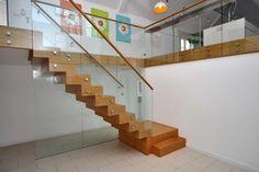 Scara interioara moderna din lemn cu balustrada de sticla si mana curenta de lemn