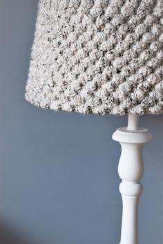Wil wil deze stoere gehaakte lampenkap van zusjeknus nu niet? Het is een ontwerp van zusjeknus en het gratis patroon van deze gehaakte lampenkap staat nu online!