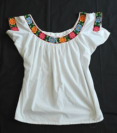 Perfect for those hot days of August -- this pretty embroidered blouse was made in the state of Tabasco, Mexico. Blouses like this are worn by Mestiza and indigenous Chontal (yokot'an) women. Mexican Blouse, Mexican Outfit, Mexican Dresses, Mexican Style, Mexican Party, Pakistani Dress Design, Pakistani Dresses, Baby Embroidery, Mexican Embroidery
