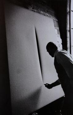 Lucio Fontana- espacialismo // Son los famosos tagli nella tela (cortes en la tela): telas  monocromáticas en las que se practicaron incisiones. De este modo se comprende que en los lienzos existía la profundidad. Los especialistas, a menudo, construían sus cuadros y composiciones con clavos y varios objetos con el fin de demostrar cómo en todos los objetos está presente el espacio tridimensional. TJANN TJANTEK ART SPACE ATELIER DIA DIAiSM ACQUIRE UNDERSTANDING