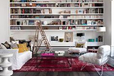Une bibliothèque design et discrète au salon.