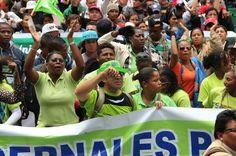 Quito, 20 sep. 2013. En los exteriores de la Asamblea Nacional, manifestantes apoyan al gobierno y su decisión de explotar el YasuníITTl. Los manifestantes que se oponen a la explotación fueron impedidos por la policía de acercase a la Asamblea. Foto @asambleaecuador