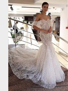 Figurbetontes, spitzenbesetztes Brautkleid im Fit and Flare-Stil. Fit And Flare, Wedding Engagement, Wedding Dresses, Ideas, Fashion, La Mode, Linz, Wedding Dress Lace, Dress Wedding