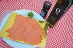 Receta: Carpaccio de Salmón con Aceite de Oliva Plastic Cutting Board, Snacks, Night, Spinach Omelette, Easy Recipes, Tarts, Tapas Food, Appetizers, Treats