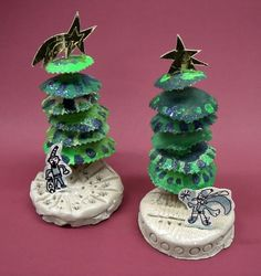 kerstbomen gemaakt van karton uit appelkistjes