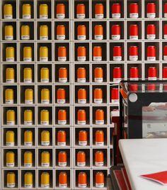 Pelo segundo ano consecutivo, a Pantone leva à Mônaco, um café pop up com um menu inteiramente inspirados na cartela de cores oficial da empresa. Cafés, bebidas, sanduíches, saladas, tortas, doces e sorvetes inspiram os comensais a, literalmente, sentirem o sabor das cores combinados com ingredientes que resultam em pratos e bebidas coloridas identificadas com os códigos Pantone. No cardápio do Pantone Cafe você pode, por exemplo, escolher um suco de laranja vibrante (Pantone 16-1363), uma…