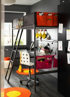 Ein Kinderzimmer mit TUFFING Hochbettgestell in Silberfarben mit Schreibtischplatte darunter und mit Betttaschen in Orange und Rosa