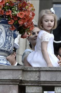 Princess Estelle getting a better look under the watchful gaze of her mother Crown Princess Victoria. Seen her at the wedding of Prince Carl Philip and Sofia Hellqvist - 13 June 2015. O Estelle is so cute!