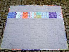 """""""Ich habe ein gutes Gewissen, wenn ich mich abends unter meine Decke einkuschle. Da die Herstellung eines Quilts eine aufwändige Arbeit ist, verwende ich gern hochwertige und langlebige Stoffe. Der Stoff ließ sich zudem mühelos quilten!!""""  Von Birgit http://lilaundgelb.blogspot.de/2012/08/asien-quilt.html Stoffe: http://www.siebenblau.de"""
