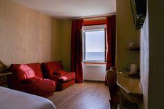 Chambre quadruple vue sur mer  à Saint Malo  Un grand lit (ou 2 lits sur demande) et 2 fauteuils ou 1 canapé 2 places qui se déplient.