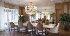 Sobre a mesa da sala de jantar, com espaço para doze pessoas, destaque para a luminária clássica.