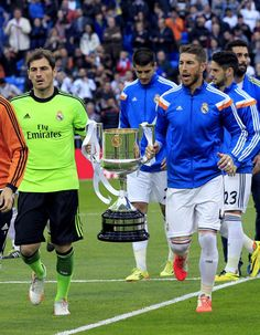 El equipo ofrece la copa del Rey a su afición. Real Madrid-Osasuna 4-0