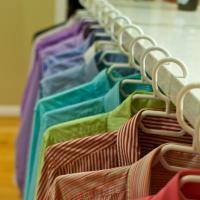10 Astuces Efficaces Pour Défroisser Un Vêtement SANS Fer à Repasser.