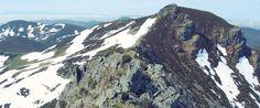 Ancares Lucenses Nevados.  Los Ancares se caracterizan por su indudable valor como reserva natural, pero sus valles, sus montes, sus pueblos están salpicados de vestigios hermosos y muy valiosos de diferentes épocas, con el añadido de conservarse en un entorno apenas alterado por el hombre.