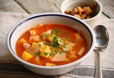 Klasszikus lebbencsleves recept képpel. Hozzávalók és az elkészítés részletes leírása. A klasszikus lebbencsleves elkészítési ideje: 50 perc Pasta Soup, Hungarian Recipes, Hungarian Food, Goulash, Thai Red Curry, Stew, Soup Recipes, Bacon, Food And Drink