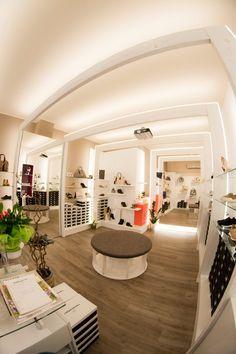 """Restyling negozio di calzature """"Rocchetti calzature"""", Falconara Marittima, 2016 - Arredamenti Ancona s.r.l."""