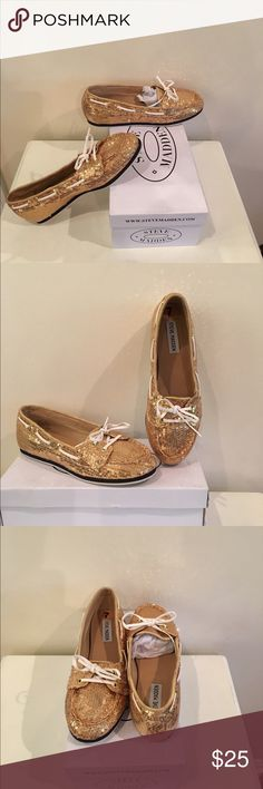 Steve Madden - Gold Yachtt Flats (7)  NEW! Makes casual look glamorous with these preppy, gold sequin-covered boat shoes by Steve Madden. No need for heels when you have these to slip-on!  SIZE:  7  COLOR:  Gold Sequin STYLE:    Flat/ Boat / Moccasin     - Slip-on style   - White faux-leather laces   - Top-stitched detailing   - Non-skid sole    - Cushioned footbed   - Synthetic upper & sole  *** EXCELLENT CONDITION!  NEVER WORN! *** Steve Madden Shoes