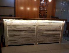 Barra de bar hecha con madera de palets y madera de pino.  Un diseño elegante y rústico que enamora a simple vista. Bar Interior, Outdoor Furniture, Outdoor Decor, Outdoor Storage, Buffet, Home Decor, Home, Rustic Furniture, Salad Bar