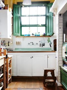 'Love this kitchen sink'' The Design Files - Susan Horacek's eclectic Fitzroy home Home Decor Kitchen, Kitchen Interior, Kitchen Dining, Kitchen Cabinets, Decorating Kitchen, Kitchen Sink, Dining Room, Cheap Kitchen, The Design Files