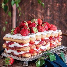 Mistä on keskikesän makein misu tehty? Mansikoista, raparperihillosta, savoiardi-kekseistä ja mascarpone-kermavaahdosta 🍓🍓🍓 Juhannusmisu tarjoillaan tietenkin hyvän kahvin kera! Ohje nyt blogissa 😋 Kaupallinen yhteistyö: Löfbergs Lila #löfbergs #findyourstrength #juhannusmisu #juhannus #kakku #mansikkakakku #tiramisu #kesä