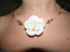 Collier réalisé avec perles en céramique (Rose), cristal (Swarovski), nacrée et un cable.  By RéhaneGzy