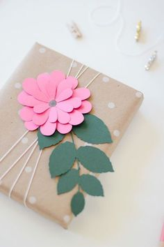 paper flower gift wrap: pink bloom via ANASTASIA MARIE You are in the right place about gifts teache Creative Gift Wrapping, Creative Gifts, Unique Gifts, Wrapping Gifts, Gift Wrapping Ideas For Birthdays, Diy Creative Ideas, Birthday Wrapping Ideas, Creative Gift Packaging, Brown Paper Wrapping