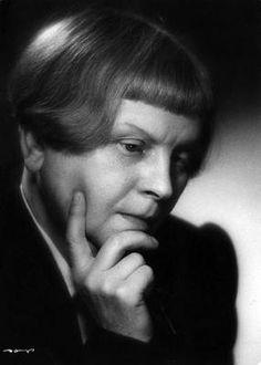 W dwudziestoleciu międzywojennym szczególnie popularne stały się powieści i opowiadania psychologiczne, w których przedstawiano życie wewnętrzne bohaterów. Skupiano się na przeżyciach i odczuciach postaci oraz poddawano analizie psychologicznej jej postępowanie. Jednym z najwybitniejszych takich twórców była Maria Dąbrowska. Mario, Writer, Painters, Polish, Fictional Characters, Vitreous Enamel, Writers, Fantasy Characters, Authors