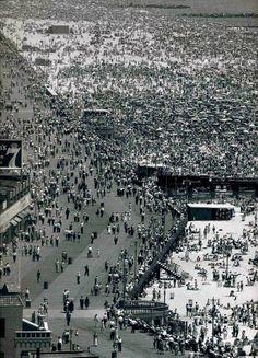 New York City - Coney Island - by Andreas Feininger New York Pictures, Old Pictures, Old Photos, Vintage Photos, Coney Island, Parasols, Vintage New York, Vintage Photography, Art Photography