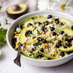 Gorgeous avocado blueberry quinoa salad loaded with fresh corn red onion tangy feta chopped pistachios and tossed in a flavorful cilantro lime dressing. This delicious vegetarian quinoa salad is perfect for summer lunches parties and picnics. Blueberry Quinoa Salad, Vegetarian Quinoa Salad, Quinoa Salat, Avocado Salat, Spinach Strawberry Salad, Quinoa Rice, Summer Salad Recipes, Summer Salads, Lunch Recipes