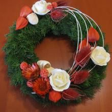 Dušičkový věnec. Beautiful Flower Arrangements, Floral Arrangements, Beautiful Flowers, Christmas Wreaths, Christmas Decorations, Holiday Decor, Cemetery Decorations, All Saints Day, Funeral Flowers