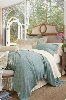 what a lovely porch bedroom, & a Tempur-Pedic matteress to boot! <3
