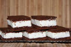 A tejszínes krémnek nem lehet ellenállni, ezzel a finom sütivel mindenkit elvarázsolhatsz! Hozzávalók: 8 tojás 15 dkgliszt 10 dkg cukor 10 dkg méz 1 dl tej 1 dl olaj 5 dkg gríz 5 dkg cukrozatlan kakaópor 1 teáskanál sütőpor A krémhez: 2...