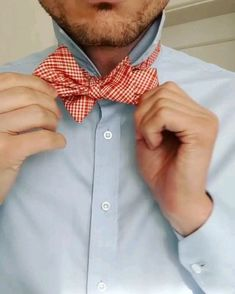 How to tie a bow tie Wedding outfit inspiration for men. Groom and groomsmen bow ties. Mens Casual Suits, Casual Wedding Outfit Mens, Wedding Outfits For Men, Stylish Mens Haircuts, Stylish Mens Outfits, Casual Outfits, Hawaii Wedding, Destination Wedding, Clothing Styles