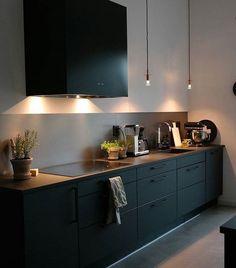 Hemma hos kund , en svartlackad Box i ett modernt Home Kitchens, Kitchen Remodel, Kitchen Inspirations, Modern Kitchen, Home Decor Kitchen, Kitchen Interior, Interior Design Kitchen, House Interior, Kitchen Furniture Design