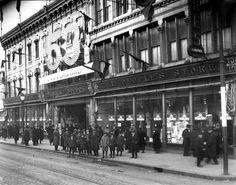 .Dans les années 1920, le slogan « le magasin du peuple » est adopté et le succès remporté justifie la construction d'un nouvel édifice en 1923.