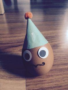 Der Förderspiel Nachwuchs Joe kreativ! Wackelei. Schwerpunkt durch Knete, die am Boden festgeklebt wird. Eine Mütze versteckt das Loch im Ei. :) Viel Spaß!