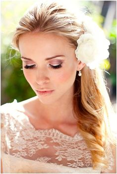 acconciatura sposa laterale semiraccolta con fiore bianco. Altre acconciature sposa: http://www.matrimonio.it/collezioni/acconciatura/2__cat