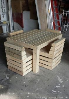 Pallet Chairs and Table Set  You can find more Hostel creative design ideas at http://hostelgeeks.com/creative-hostel-design-ideas/                                                                                                                                                                                 Más