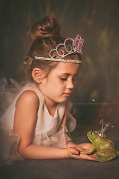 Frogs in room. Princess Photo Shoots, Princess Shot, Girl Photo Shoots, Little Girl Photography, Children Photography, Fairy Photoshoot, Little Girl Photos, Unicorn Photos, Disney Princess Pictures
